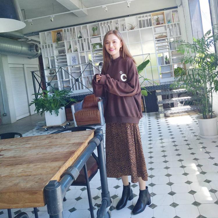 林妍柔黑色短靴穿搭 黑靴x過膝裙搭配02